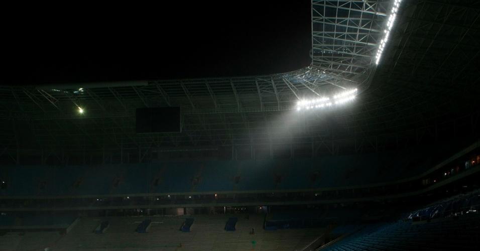 Refletores da Arena do Grêmio sendo testados para inauguração