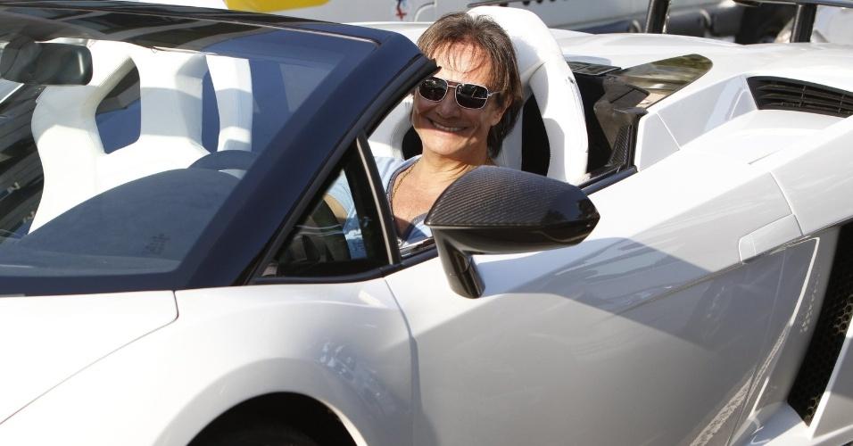"""A máquina de Roberto Carlos possui um motor com dez cilindros dispostos em formato de """"V"""" e 570 cavalos de potência. Isso permite levar o veículo de zero a 100 quilômetros em apenas 3,9 segundos"""