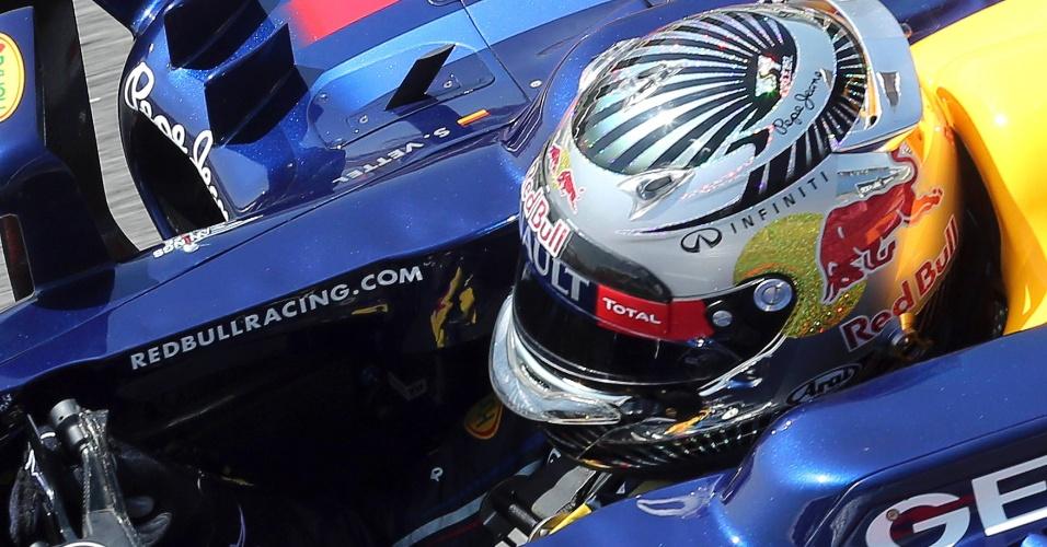 23.nov.2012 - Sebastian Vettel se prepara para ir à pista no primeiro treino livre do GP Brasil em Interlagos