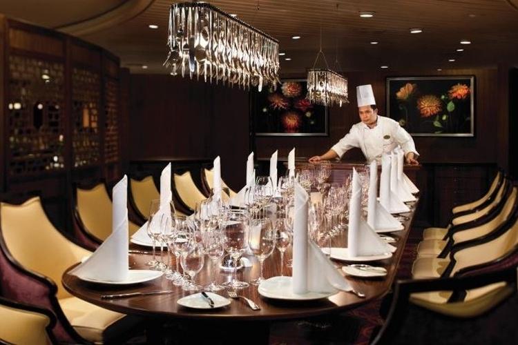 Staff do Splendour of the Seas prepara a mesa de um dos restaurantes do navio