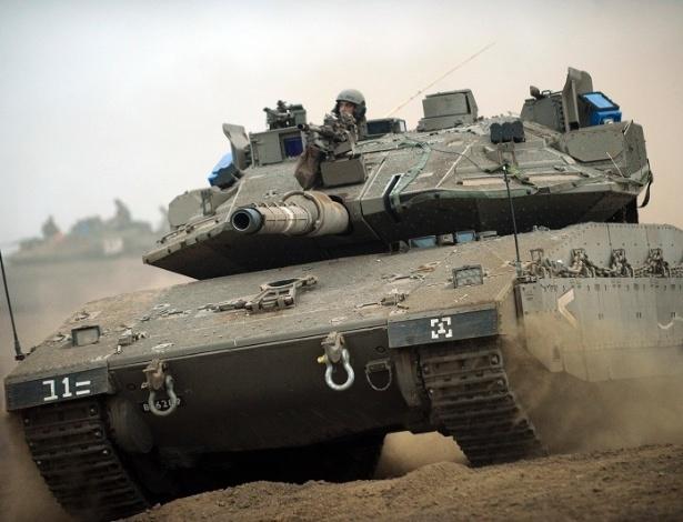 Tanque Merkava 4 do exército israelense, cujas tropas ficaram de prontidão para desencadear uma ofensiva terrestre.