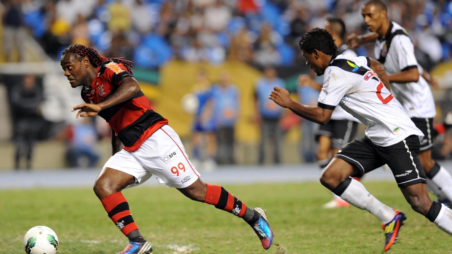Vagner Love (e) parte com a bola marcado por jogadores do Vasco no clássico entre os dois times no primeiro turno do BR 2011
