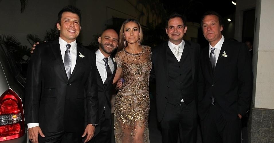 Wellington Muniz, Daniel Peixoto, Sabrina Sato, o noivo Márvio Lúcio e Emílio Surita tiram foto na entrada do casamento de Carioca e Paola Machado (23/11/12)