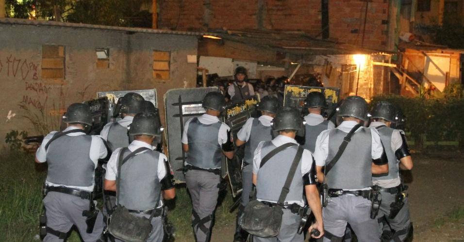23.nov.12 - Policias confrontam moradores de favela em frente ao conjunto habitacional Cingapura no Parque Novo Mundo, zona norte de São Paulo