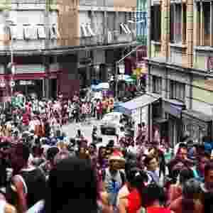 24.nov.2012 - A um mês do Natal, multidão lota a rua 25 de março, tradicional reduto de compras paulistano - Renato S. Cerqueira/Futura Press