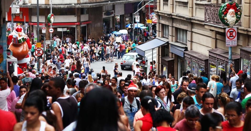 24.nov.2012 - A um mês do Natal, multidão lota a rua 25 de março, tradicional reduto de compras paulistano