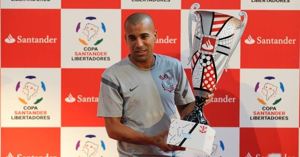 24.nov.2012 - Émerson Sheik, atacante do Corinthians, recebe o troféu do melhor jogador da Taça Libertadores da América