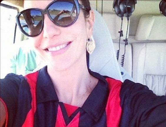 24.nov.2012 - Ivete Sangalo posta foto em helicóptero na chegada ao estádio do Barradão para assistir ao jogo do Vitória contra o Ceará