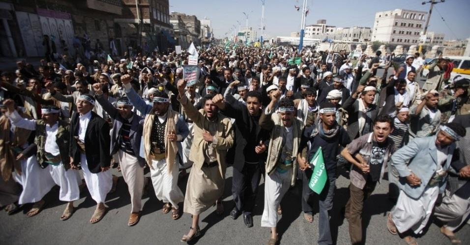 24.nov.2012 - Muçulmanos xiitas marcham em Sanaa, capital do Iêmen, durante celebração da Ashura (morte do neto do profeta Maomé, Imam Hussein)