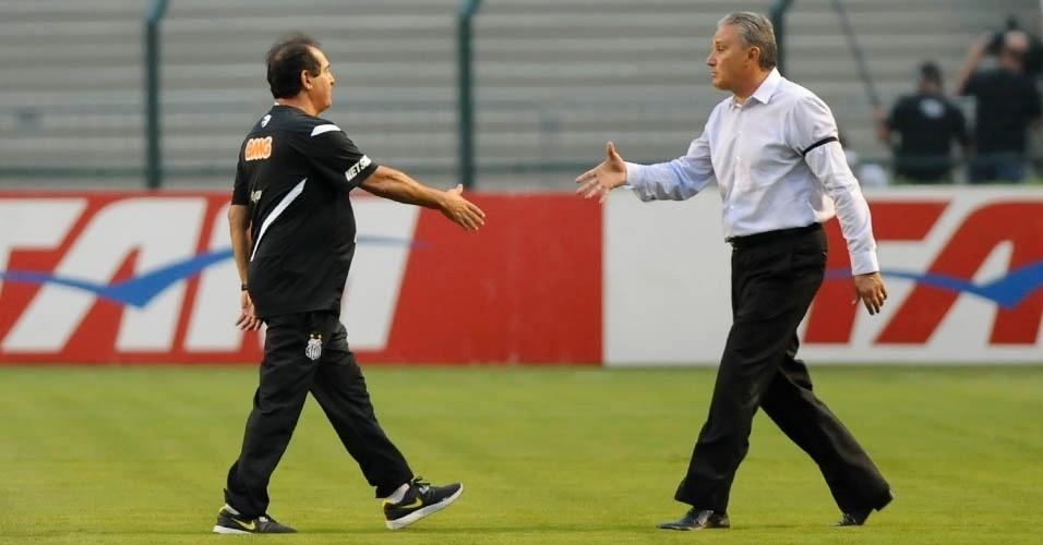 24.nov.2012 - Muricy Ramalho (esq.) e Tite se cumprimentam antes da partida entre Santos e Corinthians, no Pacaembu, pelo Brasileirão