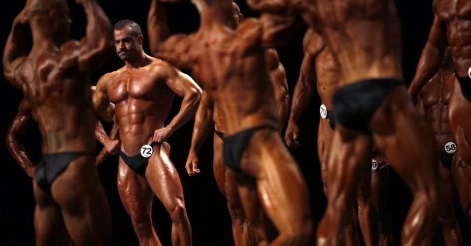 24.nov.2012 - Participantes do Campeonato Mundial de Fisiculturismo Clássico se apresentam no Palácio Nacional da Cultura, em Sofia, na Bulgária