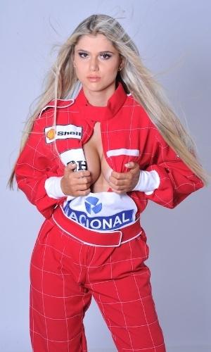 Fernanda Araldi, ex-musa da Fórmula Indy, posou de macacão da F-1 para ensaio sensual