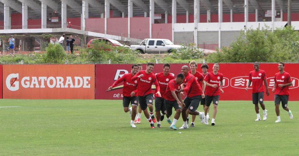 Jogadores do Inter se divertem tentando pegar Marcos Aurélio durente roda de bobinho no treino antes de enfrentar a Portuguesa (23/11/2012)