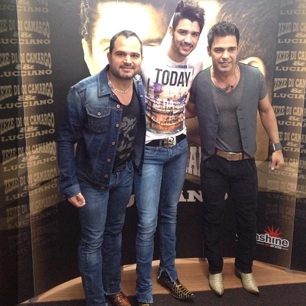 O cantor Luciano publicou em seu perfil no Twitter uma foto com o cantor Gusttavo Lima e o irmão, Zezé Di Camargo, após um show na cidade de Americana, interior de São Paulo. Gusttavo Lima cantou com a dupla na apresentação (24/11/12)