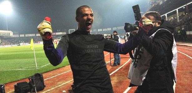 Felipe Melo vibra após defender penâti em vitória do Galatasaray