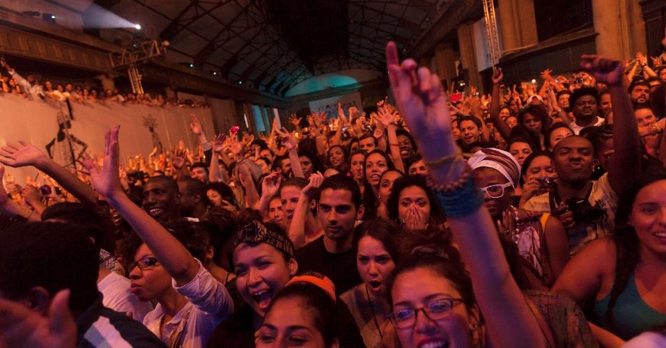 Plateia no show de Lauryn Hill no festival Back2Black, que acontece na Estação Leopoldina, no Rio de Janeiro, de 23 a 25 de novembro. O Back2Black tem a proposta de reconstruir, através de música, arte e de debates, a conexão da sociedade moderna com suas raízes africanas. A seleção musical traz estilos que vão desde o samba até o hip-hop, passando pelo jazz, funk, R&B, maracatu e pelo carimbó (23/11/12)