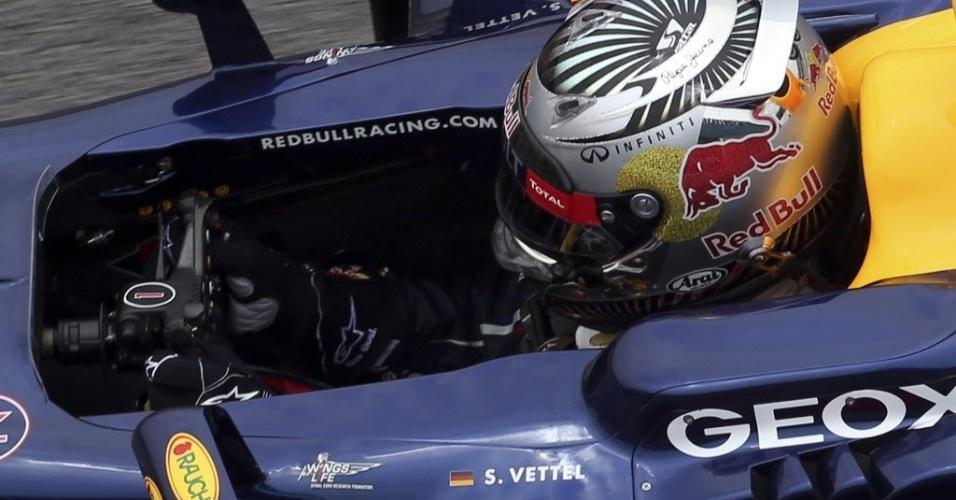 Sebastian Vettel se posiciona no cockpit da Red Bull durante último treino livre em Interlagos (24/11/2012)