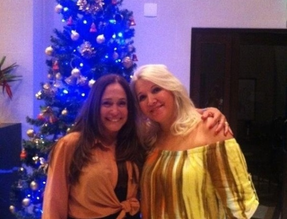 """Susana Vieira publicou uma foto com Palmira, mãe do namorado, Sandro Pedroso. """"Eu e minha sogra, em clima natalino!"""", escreveu a atriz (24/11/12)"""