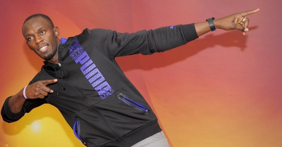 Usain Bolt faz a famosa pose do raio durante coletiva da Iaaf