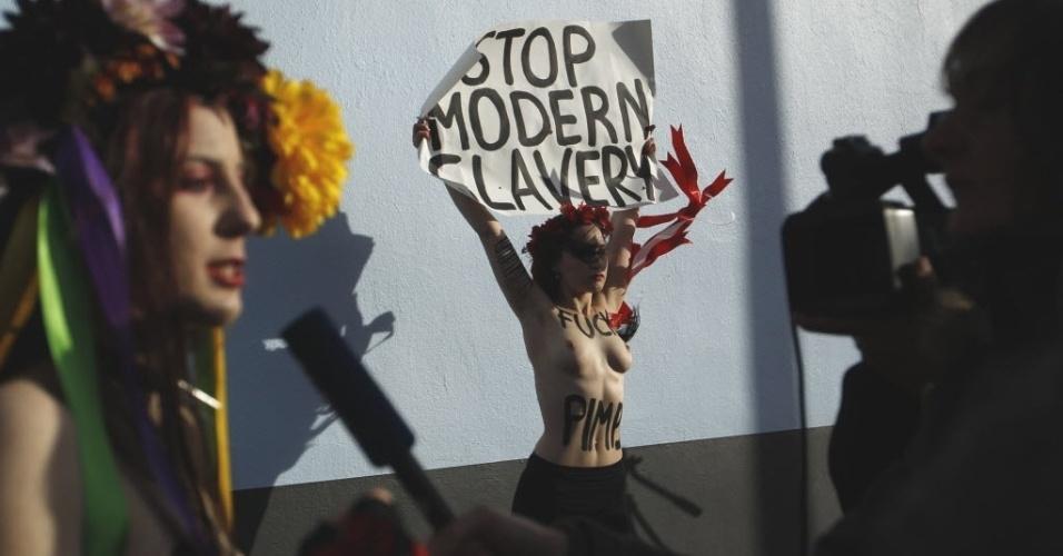25.nov.2012 - Ativista feminista do grupo Femen protesta em frente ao bordel Pascha, o maior da Europa. No cartaz, se lê, em inglês,