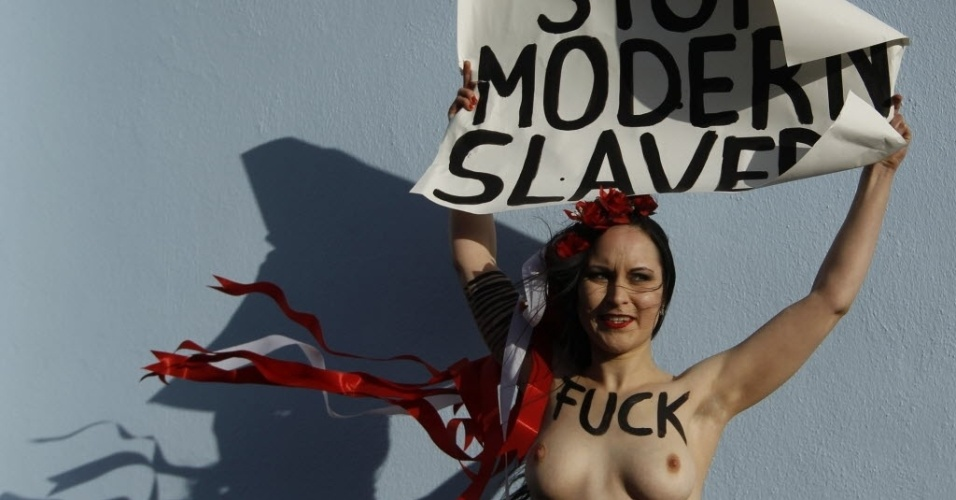 25.nov.2012 - Ativista feminista do grupo Femen protesta em frente ao bordel Pascha, o maior da Europa, na cidade alemã de Colônia. Nos cartazes, se lê, em inglês,