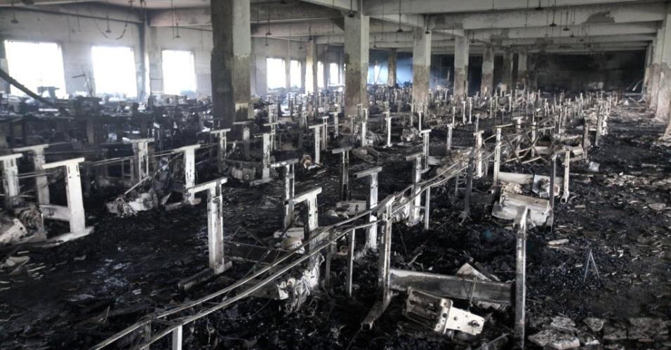 25.nov.2012 - Instalações de fábrica têxtil de Bangladesh completamente destruídas após incêndio na noite de sábado (24)