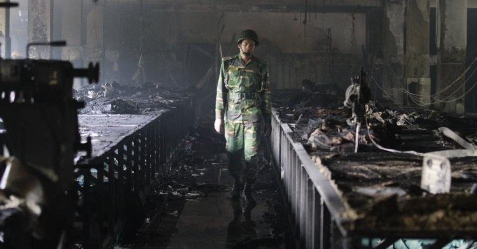 25.nov.2012 - Militar inspeciona interior de fábrica têxtil atingida por um incêndio, em uma área próxima a Dacca, capital de Bangladesh