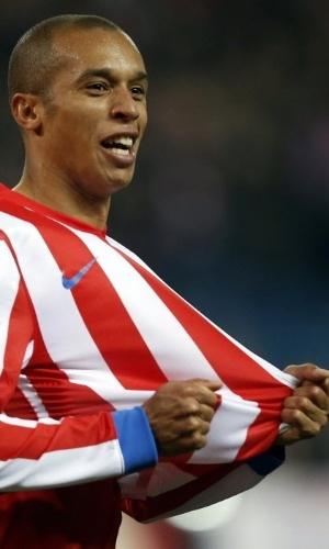 25.nov.2012 - Miranda, zagueiro brasileiro ex-São Paulo e agora do Atlético de Madri, comemora gol marcado na goleada por 4 a 0 sobre o Sevilla pelo Campeonato Espanhol