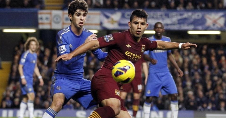 25.nov.2012 - Oscar (esq.), meia da seleção brasileira e do Chelsea, disputa a bola com Sergio Aguero, do Manchester City, em partida do Campeonato Inglês