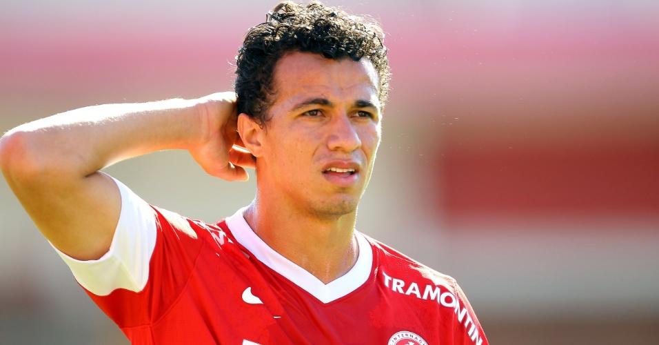 25.nov.2012-Atacante Leandro Damião, do Internacional, coça a cabeça durante a partida contra a Portuguesa no Beira-Rio