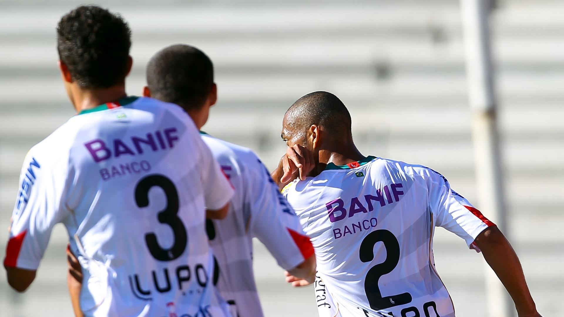 25.nov.2012-Zagueiro Luis Ricardo, da Portuguesa, comemora gol marcado na partida contra o Internacional no Beira-Rio