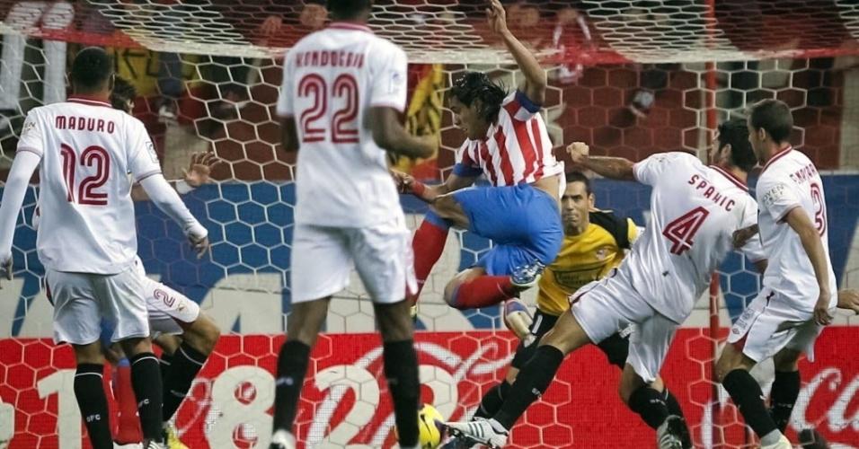 Falcão (centro), atacante colombiano do Atlético de Madri, tenta a finalização na partida diante do Sevilla, pelo Campeonato Espanhol