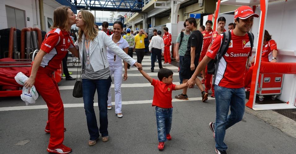Felipe Massa chega ao autódromo de Interlagos para o GP do Brasil de Fórmula 1 ao lado da esposa Rafaela e do filho Felipinho