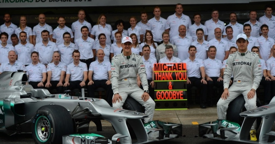 Homenageado com placa em sua despedida, Schumacher posa para foto com toda a equipe Mercedes