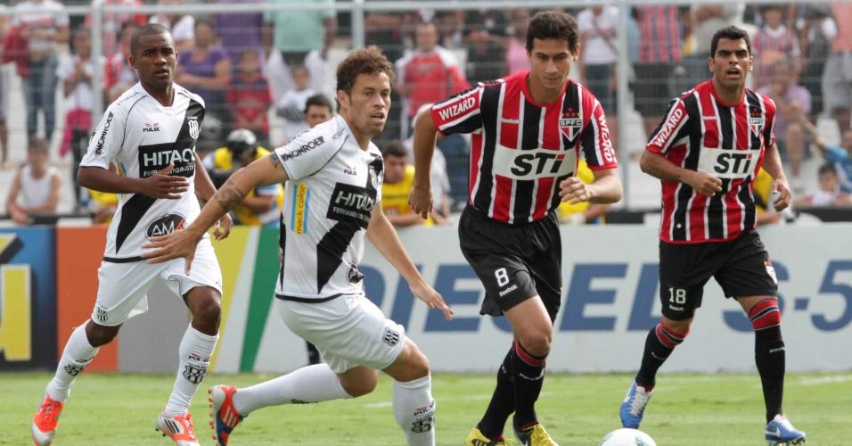 Paulo Henrique Ganso domina a bola no jogo entre São Paulo e Ponte Preta na penúltima rodada do Brasileirão 2012