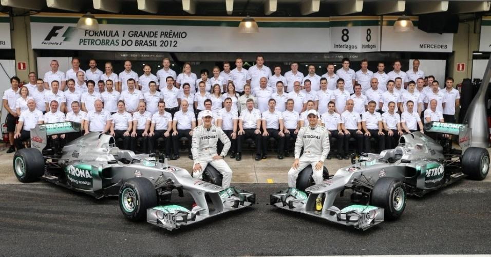 Schumacher e Nico Rosberg posam para foto com a equipe Mercedes, antes do último GP de F-1 da carreira de um dos maiores pilotos da história