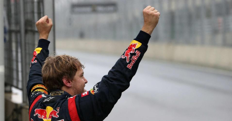 Sebastian Vettel comemora o título conquistado com o sexto lugar no GP do Brasil; piloto alemão é tricampeão da Fórmula 1