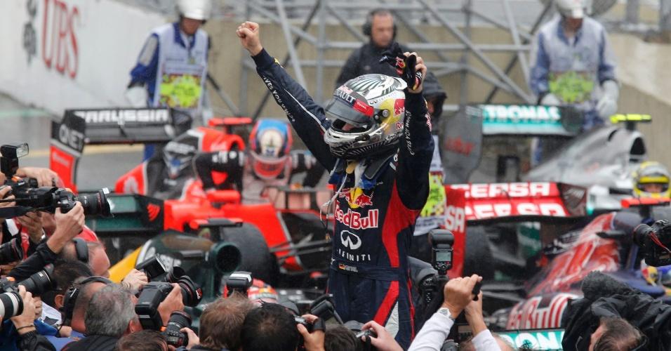 Sebastian Vettel, da Red Bull, comemora o título conquistado com o sexto lugar no GP do Brasil; piloto alemão é tricampeão da Fórmula 1