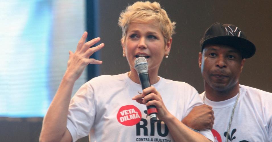 26.nov.2012 - A apresentadora Xuxa e o cantor Buchecha participaram do protesto