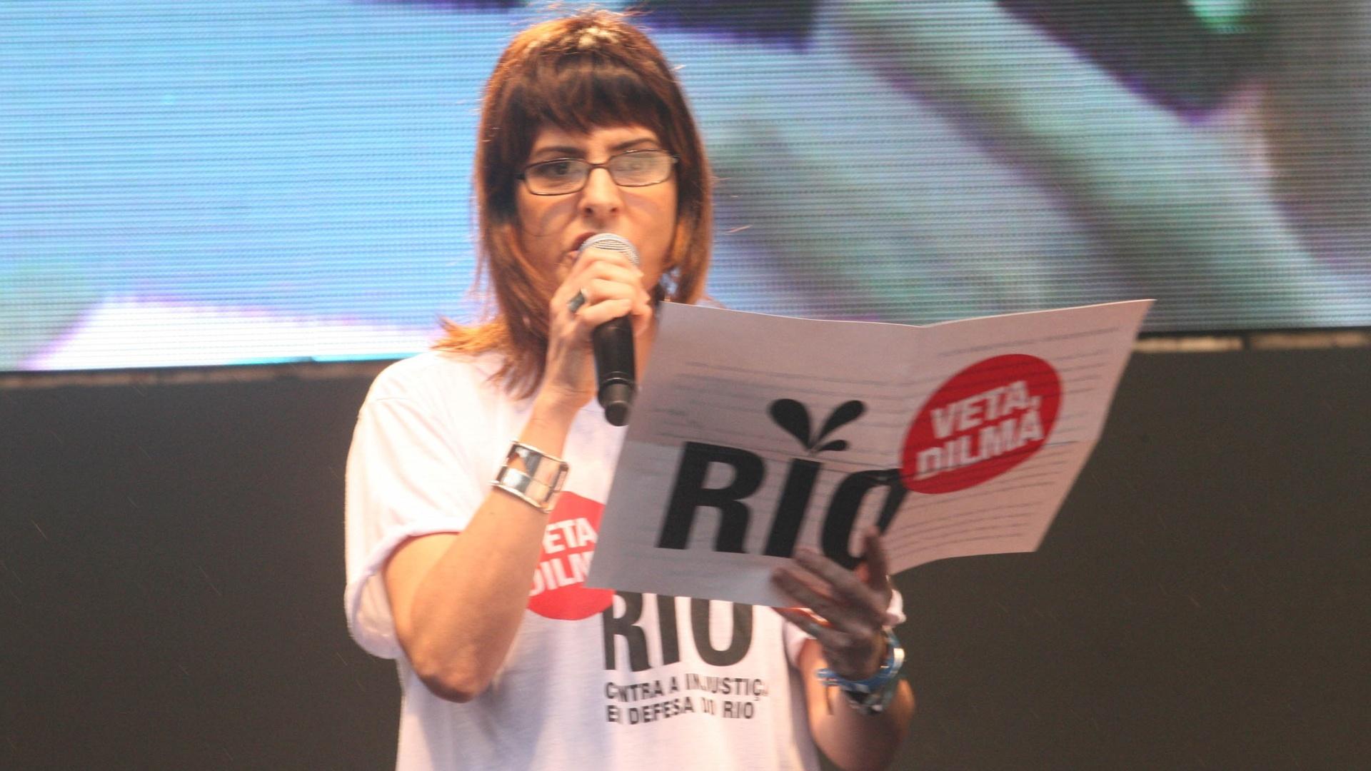 26.nov.2012 - A cantora Fernanda Abreu lê o manifesto do movimento