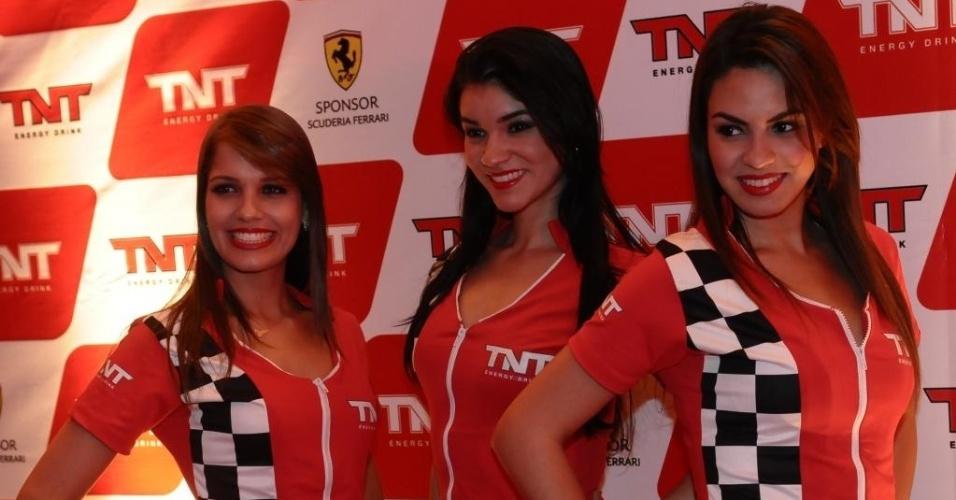 26.nov.2012 - Modelos fazem propaganda de um patrocinador da Ferrari na festa de encerramento de ano da escuderia em São Paulo, após o GP Brasil