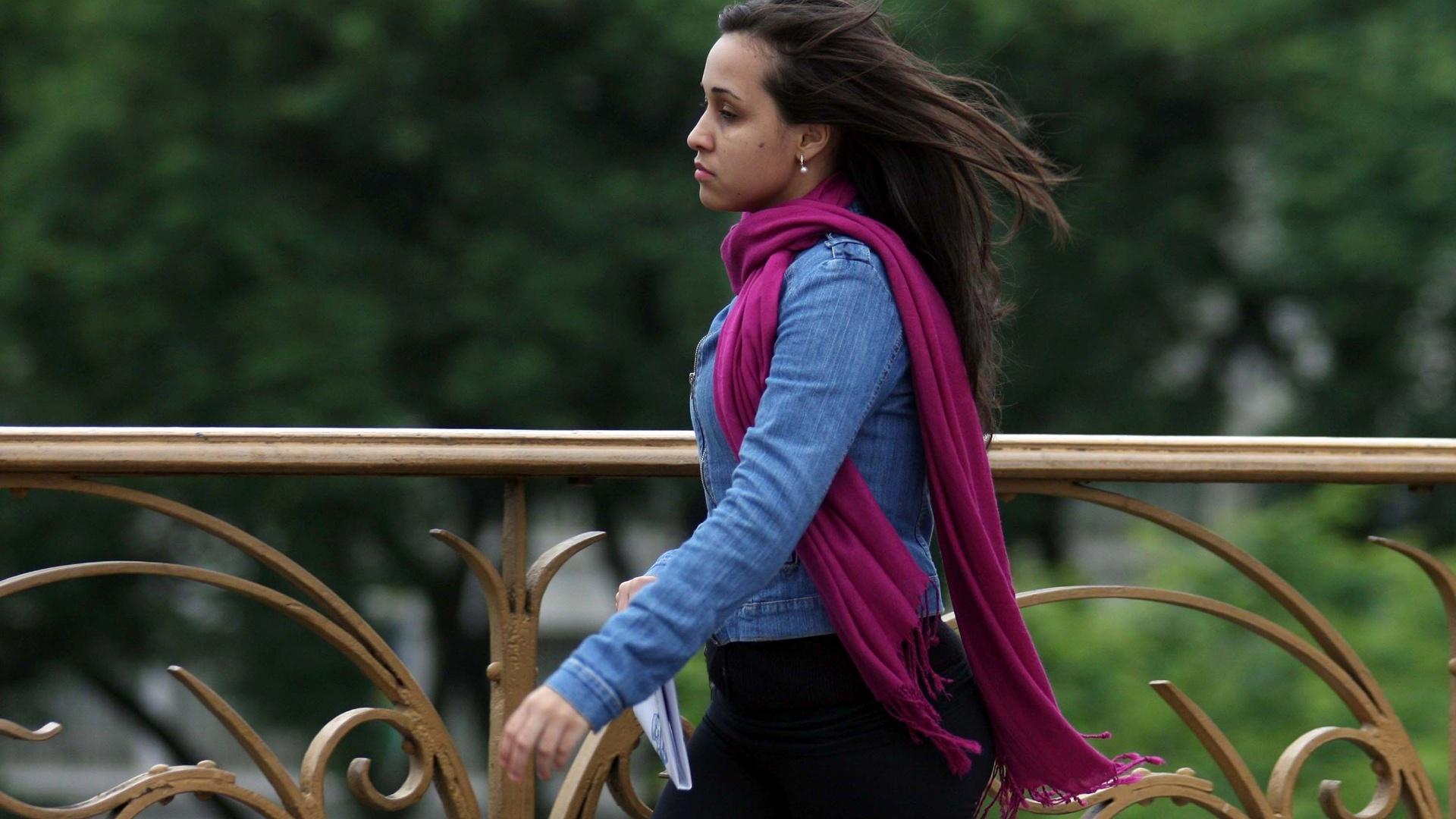 26.nov.2012 - Pedestre enfrenta forte frio no viaduto Santa Efigênia, no centro de São Paulo, na manhã desta segunda-feira (26). A máxima prevista para hoje é de 22ºC