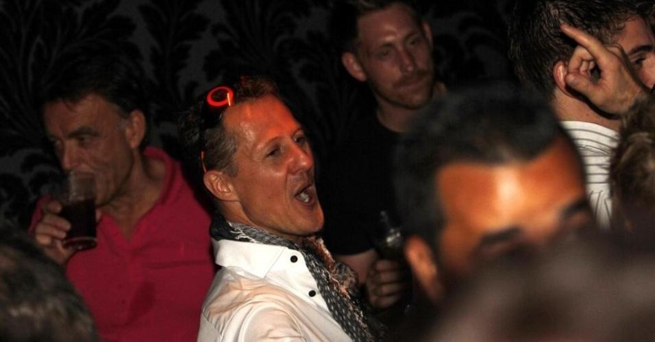 26.nov.2012 - Piloto alemão Michael Schumacher diverte-se em uma balada em São Paulo na festa de encerramento da temporada 2012 da Fórmula 1