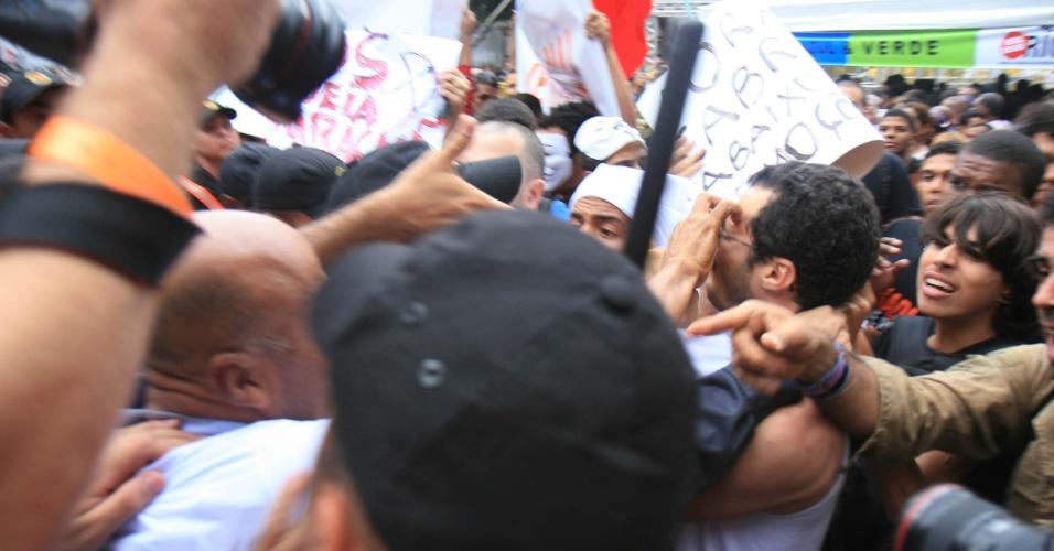 Uma confusão envolvendo seguranças do ato 'Veta, Dilma' e alguns manifestantes mudou o trajeto da passeata, nesta segunda-feira (26) no Rio de Janeiro. De acordo com a organização do evento, um grupo tentou romper o cordão que limitava o espaço para o protesto, que começou na avenida Rio Branco