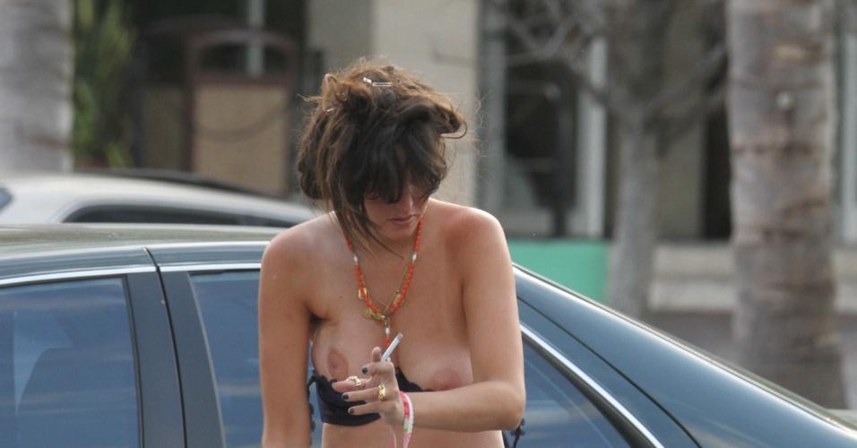 A atriz e modelo Paz de La Huerta, que interpreta Lucy Lanzinger na série da HBO, Bordwalk Empire, foi fotografada tirando o biquíni que vestia em um estacionamento na cidade de Miami (24/11/12)