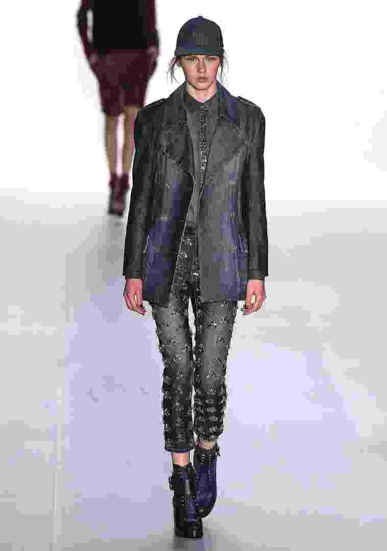 """A Colcci, que desfilou no SPFW, trouxe para o Inverno 2013 a proposta do jeans bordado. O look do desfile mostra a combinação de todas s peças em jeans, mas para a """"vida real"""", é possível usar a peça com uma camiseta básica, para looks mais despojados, ou com uma camisa de seda, se a intenção a ocasião é mais formal - Alexandre Schneider/UOL"""
