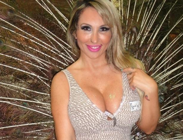 A DJ e modelo Sabrina Boing  experimentou uma fantasia de Carnaval no ateliê do estilista Leandro de Jesus (26/11/12). Sabrina está negociando com algumas escolas de samba de São Paulo para desfilar