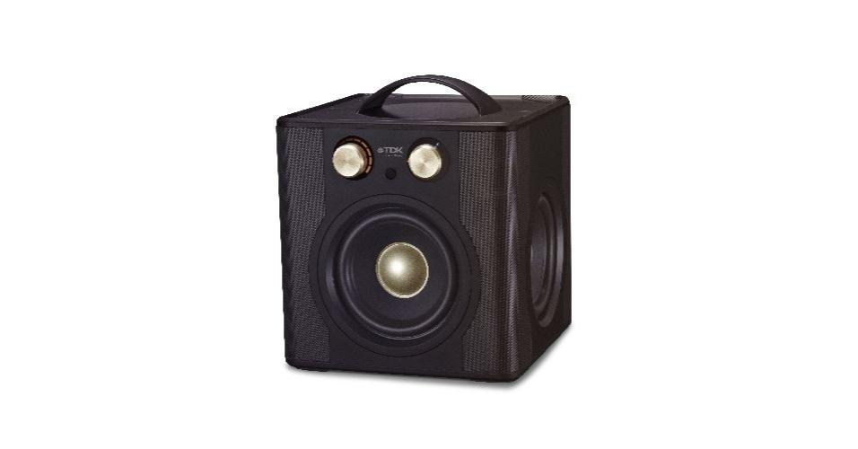 A Caixa de som TDK Wireless Sound Cube possui 27 Watts RMS de potência, Bluetooth v2.1, funciona em Stereo 2.1 e utiliza dois cabos coaxiais de 5,25 polegadas. O aparelho tem excelente qualidade de som, custa R$ 1.100 e não reproduz conteúdo de pendrives e cartões