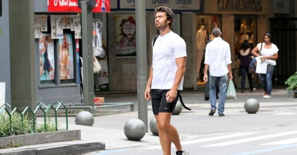 Gabriel Braga Nunes passeou pelo bairro do Leblon, zona sul do Rio (26/11/12). O ator está no elenco de