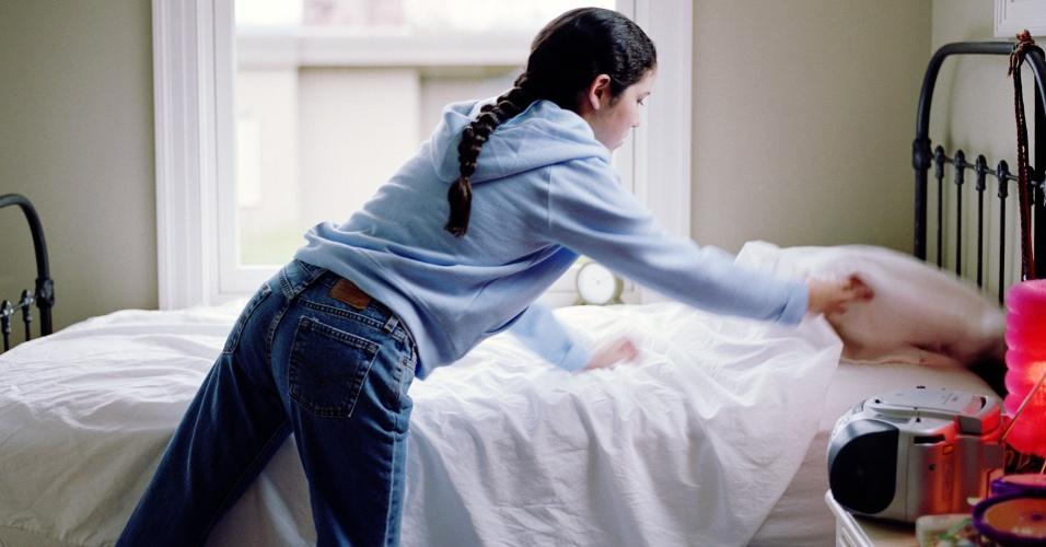 mulher arrumando a cama, jovem arrumando a cama, ilustra